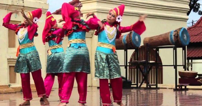 Gambar penari rampak sedang melakukan gerakan