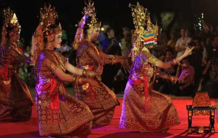 Gambar tiga orang penari gending sriwijaya sedang tampil