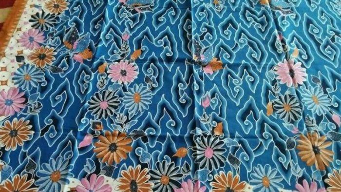 Gambar batik mega mendung dipadukan dengan bunga-bungaan