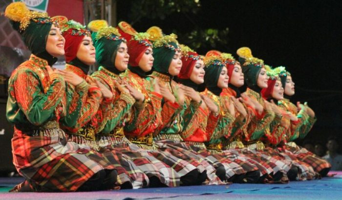 Gambar penari saman sedang diatas panggung