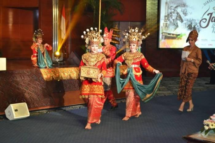 Gambar penari sirih sedang tampil pada acara modern