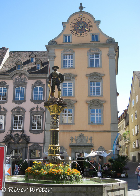 Fountain in front of the Fronwagturm, with 1564 clock