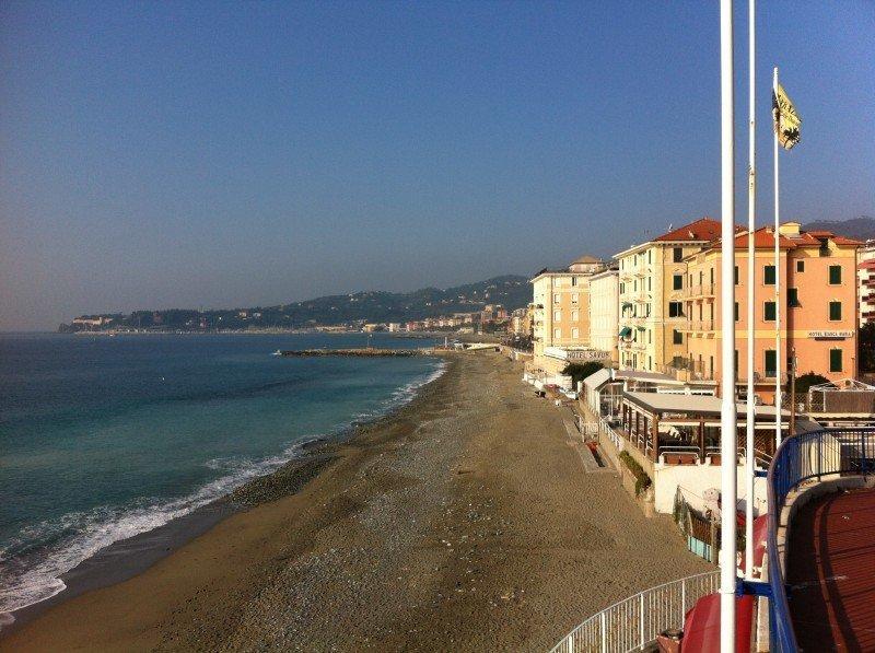 Varazze spiaggia libera con casette sul mare