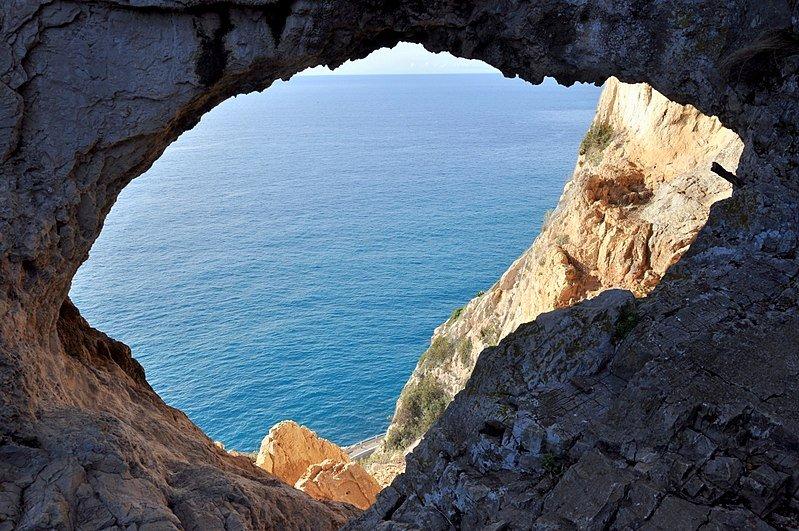 Tra Noli e Varigotti la grotta dei falsari