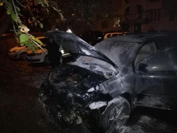 Підпалив машину і підпалив себе: у чоловіка обгоріли ноги (ФОТО)