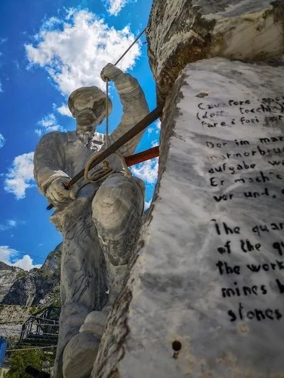 statua cavatore marmo