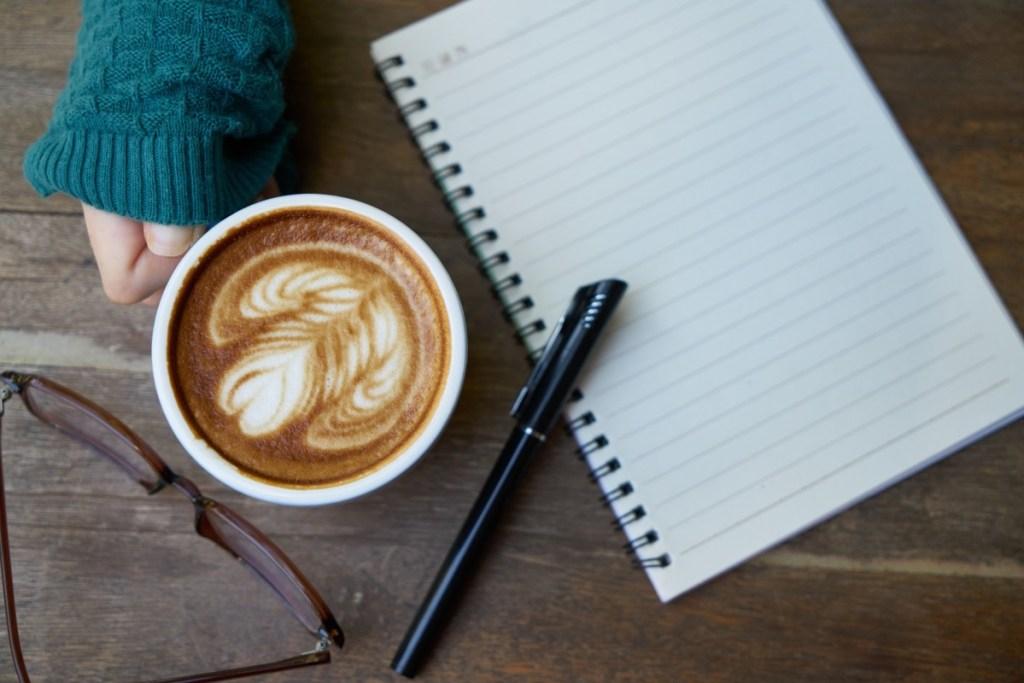 Lecture, carnet, café. et lunettes