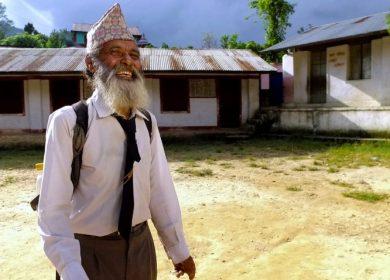 Berusia 69 Tahun, Kakek ini Menjadi Siswa Tertua di Sekolah