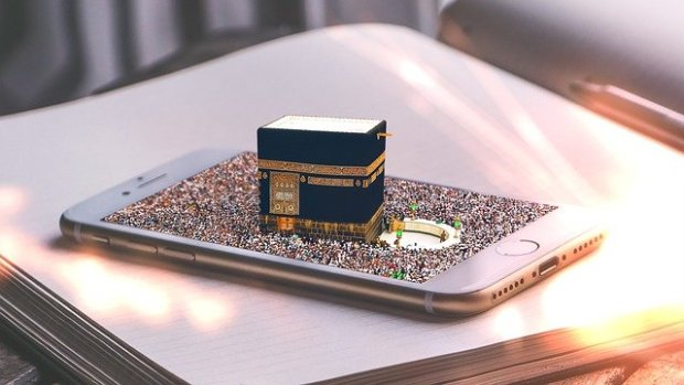 A 3D picture of kaabah emerging from a mobile