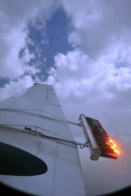 المركز الوطني للارصاد الجوية والزلازل  جولة استمطار في الطائرة باجواء الامارات تحقيق مع الزميل حاتم فاروق