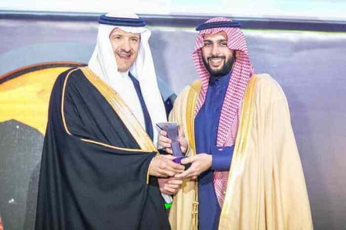 الأمير سلطان بن سلمان يكرم الرئيس التنفيذي لشركه العربيه للاٍعلانات الخارجيه