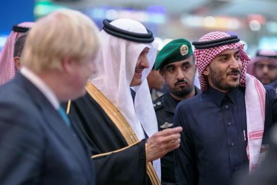 رئيس الهيئة العامة للسياحة والتراث الوطني ووزير خارجيه بريطانيا أثناء زيارتهم لجناح شركة العربية
