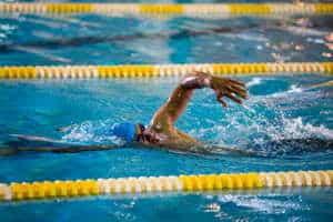 السباح معاذ السلمي حقق المركز الأول في سباق السباحة الحرة والفراشة.