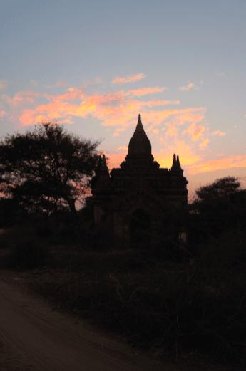 Les pagodes dans un début de pénombre
