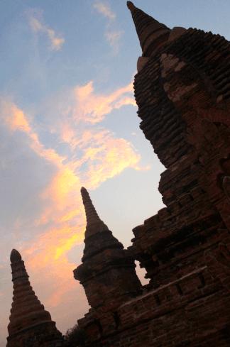 Les couleurs sublimes dans le ciel birman