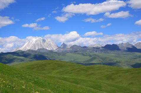 """Mont Yala, """"montagne du yack blanc de l'orient"""" en tibétain (5820m) est l'une l'une des quatre principales montagnes sacrées de la région tibétaine"""