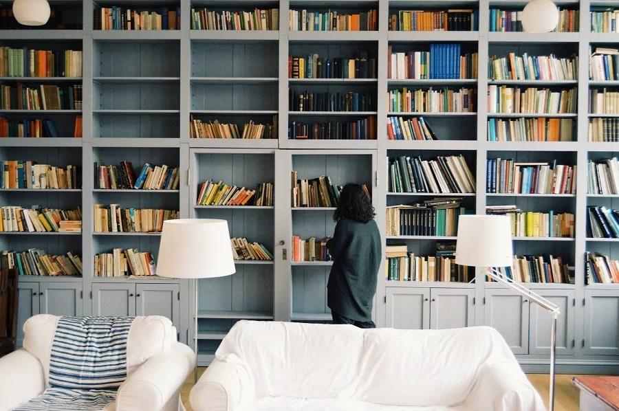 Ilustrasi perpustakaan pribadi (Photo by Radu Marcusu on Unsplash)