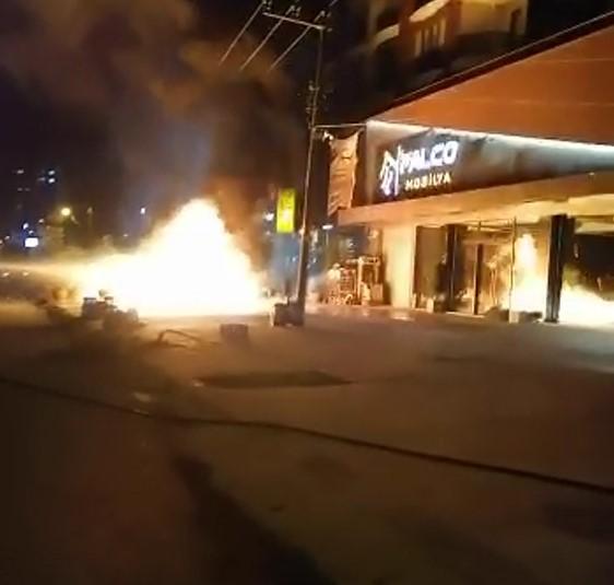 Rize'de 2 araç alev alev yandı