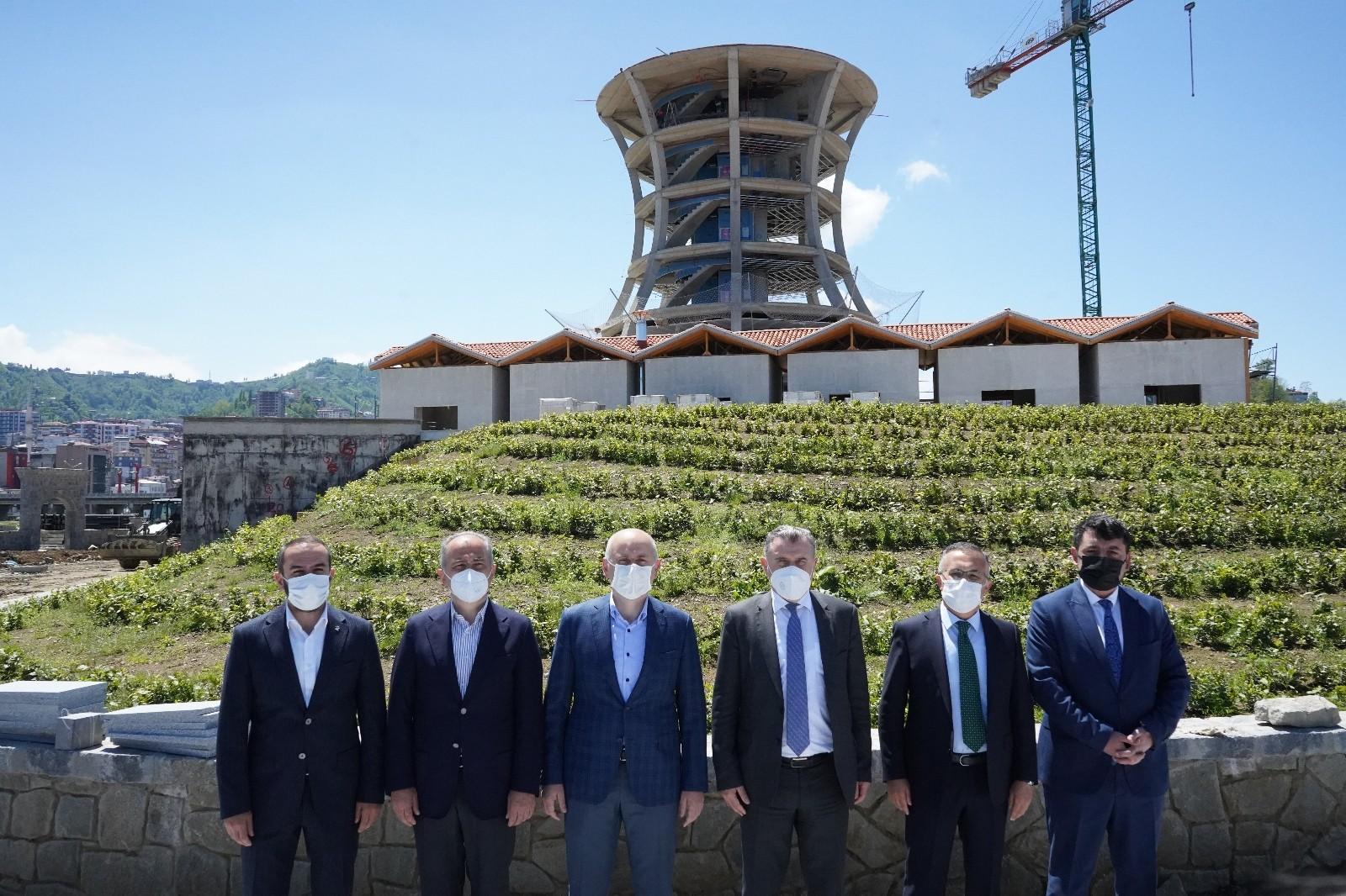 Ulaştırma ve Altyapı Bakanı Adil Karaismailoğlu, Rize'de inşaatı devam eden projeleri inceledi