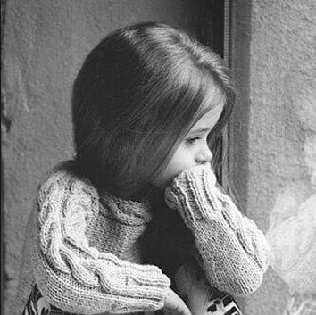 رمزيات بنات اطفال حزينه