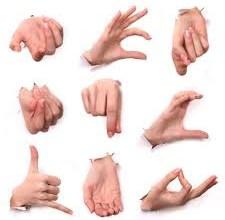 صورة عشر تصرفات عفوية يجب ان تتجنبها في لغة الجسد