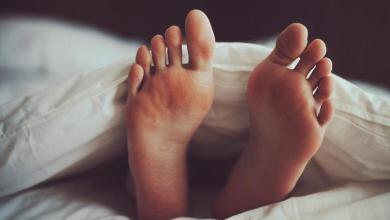 صورة اسباب حرارة القدمين واليدين عند النوم للكبار والأطفال
