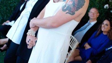 صورة اغرب عرس الرجل بالفستان و العروس بالبدله