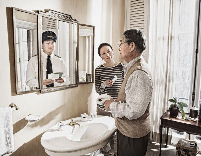Отражается в зеркале