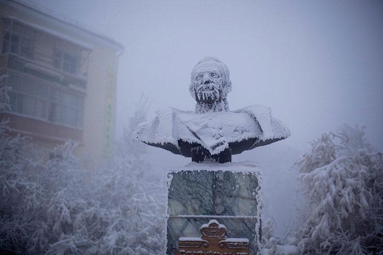 замерзший памятник в якутске