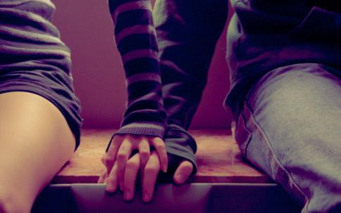 Двое держаться за руку