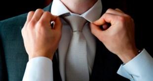 мужчина галстук поправляет