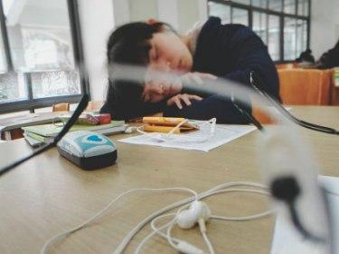 трудоголик спит на работе