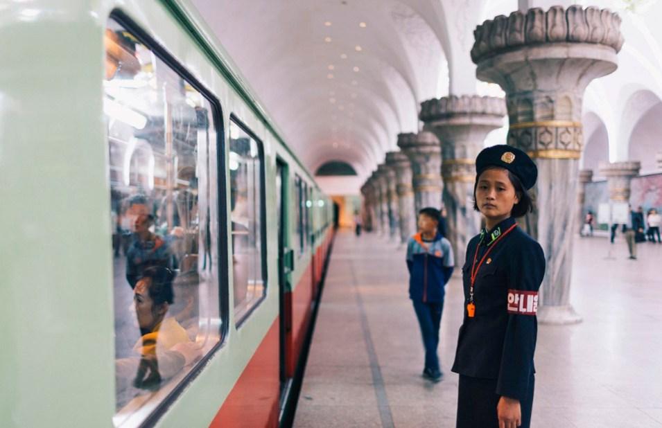 Проводница в метро Северной Кореи