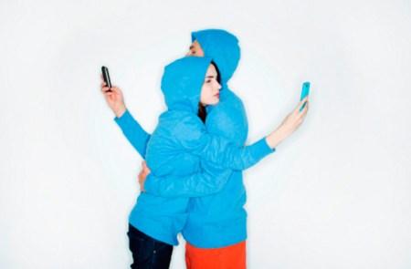 Сидят в телефон влюбленные