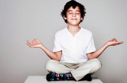 медитирует мальчик