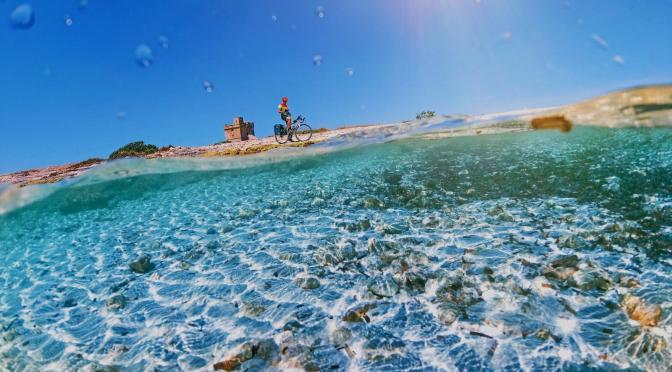 In bici sui mari del Salento. Alla scoperta delle venti spiagge più belle della Puglia