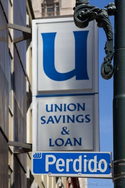 L'occasion était trop belle : une banque américaine sur la rue Perdu en espagnol.