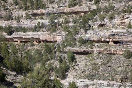 Walnut Canyon: houses on the cliffs