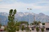 La ville est entourée de montagnes dont certaines ont encore un sommet enneigé