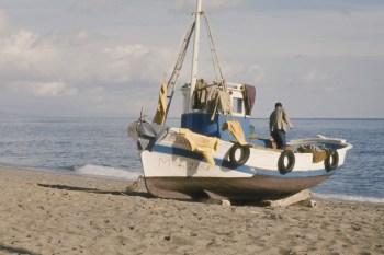 Pêcheur et sa barque sur la Carihuela de Torremolinos