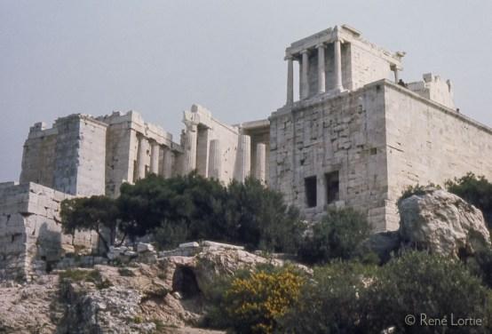 Le temple Athena Nike - Propylées Le temple d'Athéna Nikè fut érigé au Ve siècle av. J.-C. sur l'Acropole d'Athènes, en l'honneur de la déesse de la victoire, Athéna Victorieuse. Nikè signifie victoire en grec ancien.