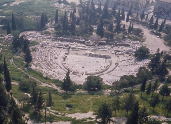 Théâtre de Dionysos Considéré comme le berceau du théâtre grec antique et de la tragédie. Il est situé sur le versant nord de l'acropole d'Athènes. Il doit son nom à Dionysos, dieu du vin.