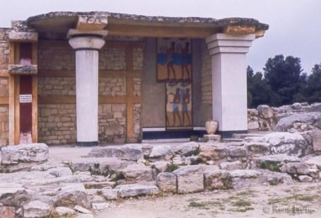Fresque du Palais entre une colonne crétoise à gauche et un pilier à droite (reconstitution). La colonne crétoise se distingue par la forme plus large en haut et plus étroite à sa base, ce qui lui donne son élégance. Vue d'en bas, l'effet de perspective la fait paraître un peu plus droite que les colonnes traditionnelles. (Une des choses que j'ai retenue du cours de Pierre Dupras)