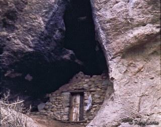 Porte de maison de berger troglodyte