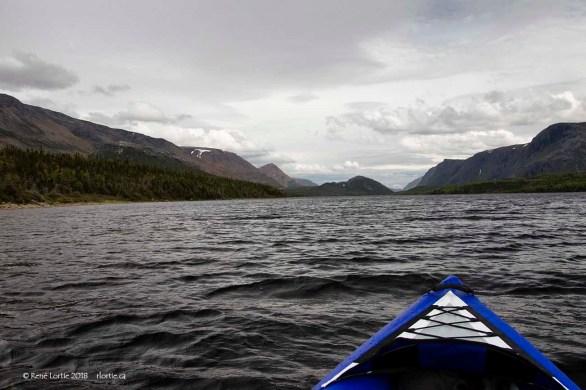 En kayak sur l'étang Trout River