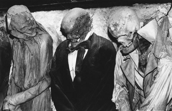 Personnages momifiés dans les catacombes de Palerme