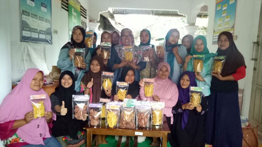 (Kelompok Wanita Tani Mandiri Pasir Eurih bersama Juwita Junaedi pada acara pelatihan pengelolan pangan lokal di Kantor Desa Sindanglaya,Minggu 17/12 (Foto Didhon)