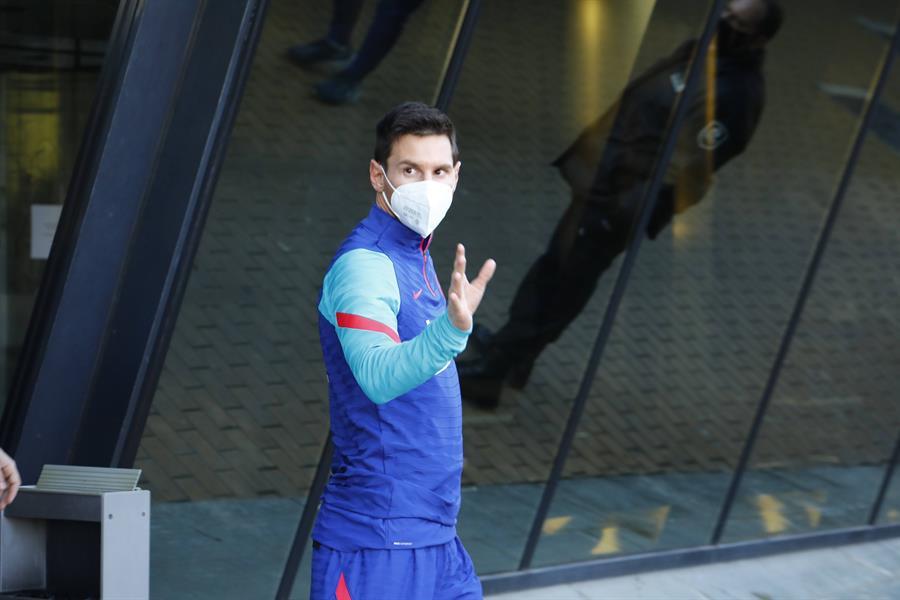 El jugador Leo Messi sale del hotel donde se alojó el equipo culé el pasado martes para realizar un entrenamiento en el Nuevo Arcangel de Córdoba, previo al partido que disputó el Barça frente a la Real Sociedad en la primera semifinal de la Supercopa de España. EFE/Salas