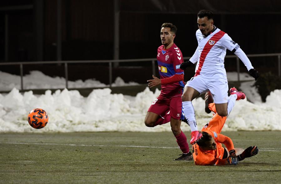 El jugador del Rayo Vallecano Álvaro García (d) dispara hacia la portería del Elche, durante el partido de Copa del Rey disputado en la Ciudad del Fútbol de Las Rozas. EFE/Víctor Lerena