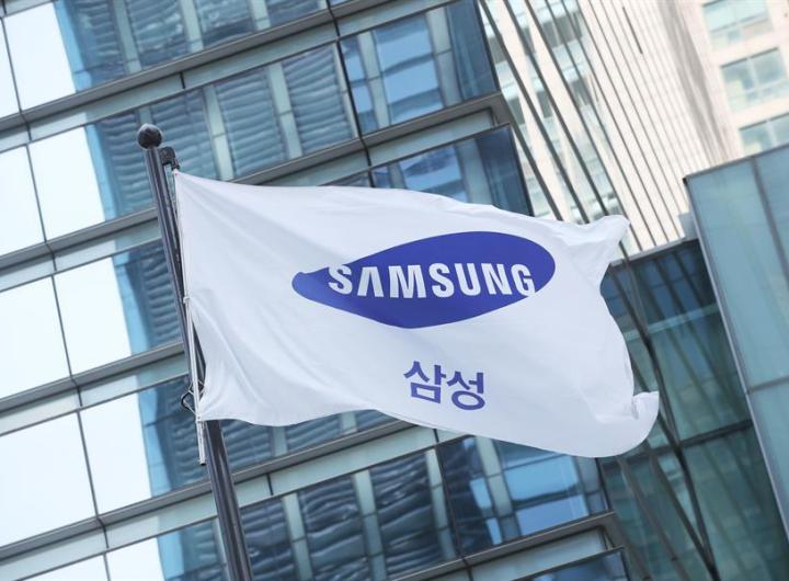 """El líder de facto de Samsung, Lee Jae-yong, no recurrirá la sentencia promulgada la semana pasada que lo condena a dos años y medio de prisión por pagar sobornos en el marco de la trama de corrupción de la """"Rasputina surcoreana"""", según informó hoy su representación legal. EFE/EPA/YONHAP/Archivo"""